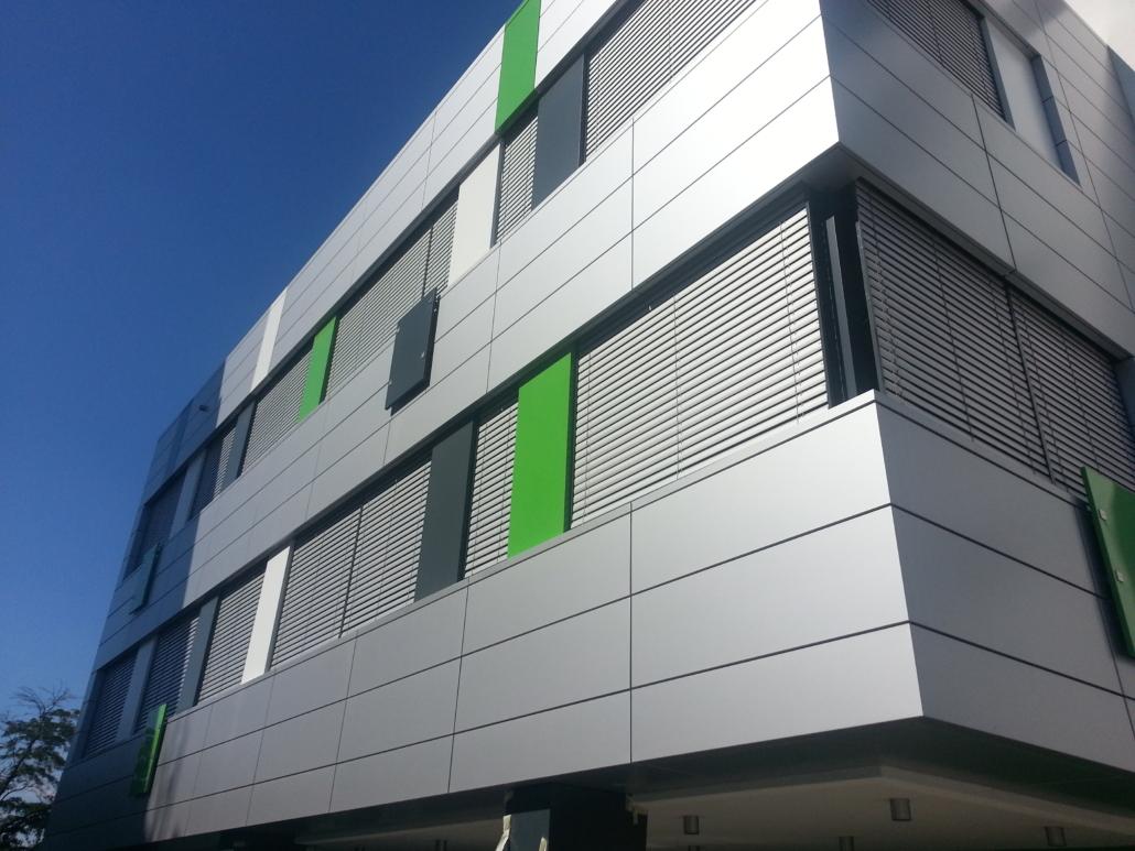 moderná budova s odvetranou fasádou