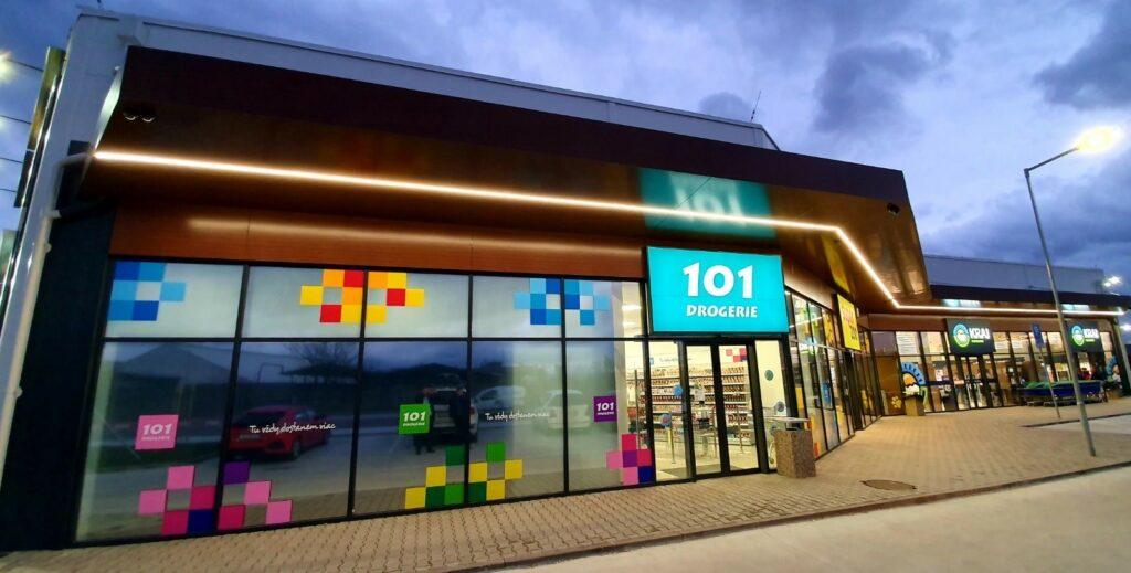 obchodna hala s presklenou fasadou